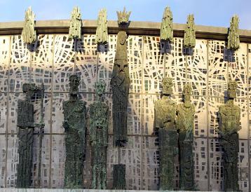 Imagen de parte de las figuras que dan forma a la fachada del templo de la Virgen del Camino.