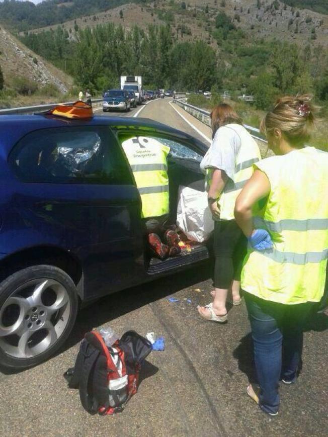 Los equipos de emergencia, en el lugar del accidente, atendiendo a uno de los heridos.