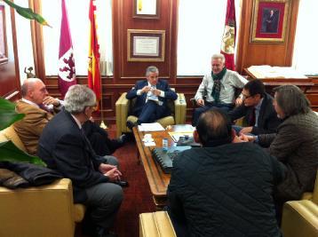 El alcalde se reúne con miembros de la Real Cofradía del Pendón de San Isidoro.