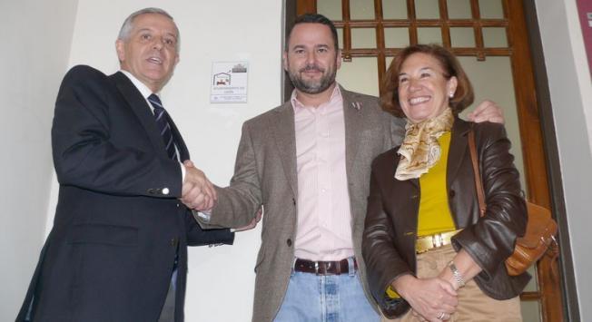 """Crego, en el centro, con el alcalde de León y la concejala de Bienestar Social, ante la placa que acredita al chalé de Padre Isla como lugar """"amigo"""" de Autismo León."""