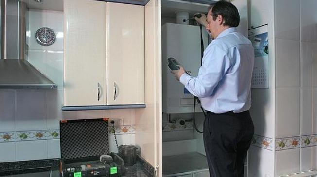 Un técnico revisa una instalación de gas.