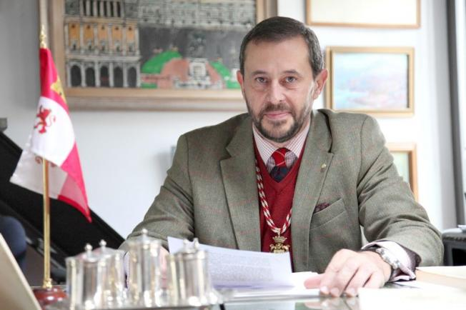 El Cronista de Armas, Alfonso de Ceballos-Escalera, en su domicilio de Segovia. (Foto: Diego de Miguel)