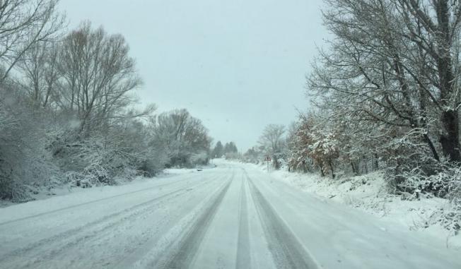 Las carreteras de la provincia de Le�n amanec�an cubiertas de nieve.