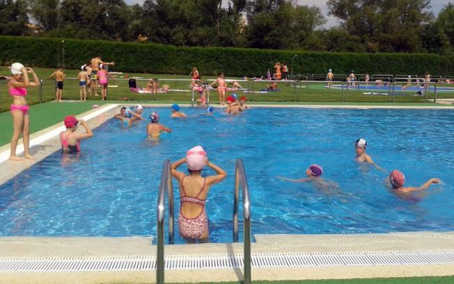 El alcalde de cuadros visita las piscinas con ni os del for Piscina cuadros leon