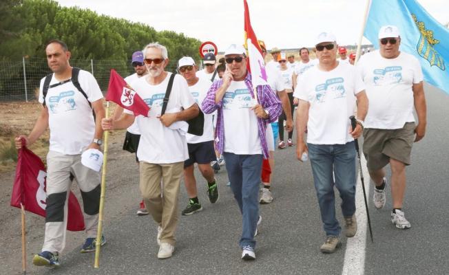 """Matías Llorente camina al frente de la """"Marcha Blanca"""" hacia Madrid. (Foto: Diego de Miguel)"""