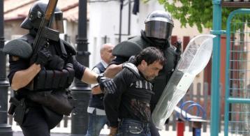 Los antidisturbios se llevan detenido a un minero durante el enfrentamiento mantenido este martes en Ciñera. (Foto: Campillo)