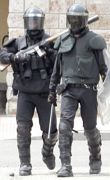 Efectivos antidisturbios de la Guardia Civil en la localidad de Ciñera. (Foto: Campillo)