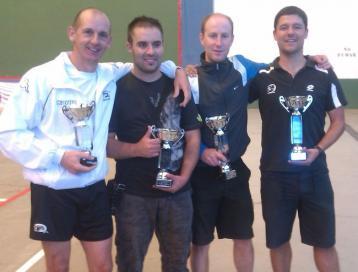 Los ganadores, con sus trofeos.