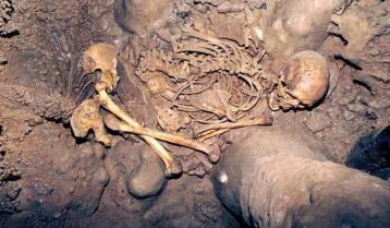 Braña 1, de entre 30 y 35 años, fue colocado en la cueva entre Arintero y La Braña en un ritual funerario prehistórico, sobre su costado izquierdo y encogido. (Foto: Julio M. Vidal)