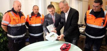 El concejal de Tráfico presenta el desfibrilador para Protección Civil. FOTO: LN